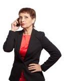 Donna attraente 50 anni con un telefono cellulare Immagini Stock Libere da Diritti