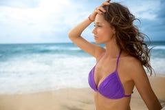 Donna attraente in bikini immagine stock