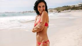 Donna attraente in bikini sulla spiaggia fotografie stock libere da diritti