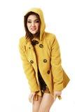 Donna attraente in cappotto giallo immagine stock