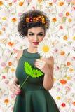 Donna attraente caucasica con una grande margherita bianca a disposizione su Florida Fotografie Stock Libere da Diritti