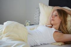 Donna attraente che allunga di mattina fotografie stock libere da diritti