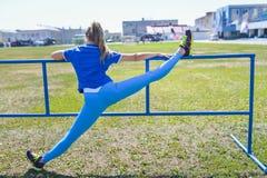 Donna attraente che allunga prima della forma fisica e dell'esercizio Fotografia Stock