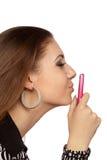Donna attraente che bacia il suo telefono mobile Fotografia Stock