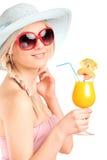 Donna attraente che beve un cocktail Fotografie Stock Libere da Diritti