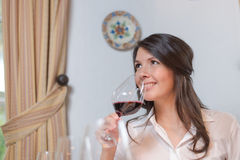 Donna attraente che beve vino rosso Fotografia Stock