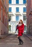 Donna attraente che cammina nella vecchia città di Tallinn Fotografia Stock