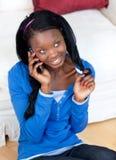 Donna attraente che comunica sul telefono Fotografia Stock Libera da Diritti