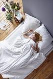 Donna attraente che dorme nel letto bianco Fotografia Stock