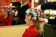 Donna attraente che fa arricciare capelli Fotografia Stock Libera da Diritti