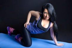 Donna attraente che fa esercitazione Immagini Stock