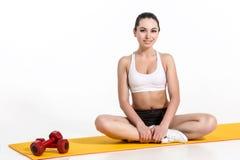 Donna attraente che fa le esercitazioni Ente castana di misura sulla stuoia di yoga Fotografia Stock Libera da Diritti