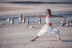 Donna attraente che fa yoga Immagine Stock Libera da Diritti