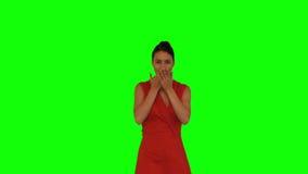 Donna attraente che getta i petali rossi nell'aria archivi video