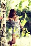 Donna attraente che gode del sole di mattina nel parco Immagini Stock