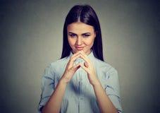 Donna attraente che guarda con l'espressione sleale, avendo buona idea fotografie stock libere da diritti