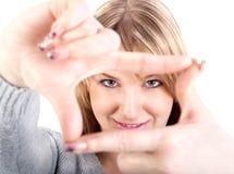 Donna attraente che incornicia le sue mani Fotografie Stock Libere da Diritti
