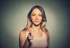 Donna attraente che indica il suo dito voi gesto della macchina fotografica Immagini Stock