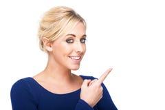 Donna attraente che indica a qualcosa Fotografie Stock