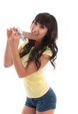 Donna attraente che mangia cioccolato al latte fotografia stock
