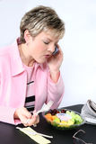 Donna attraente che mangia frutta fresca Fotografia Stock Libera da Diritti