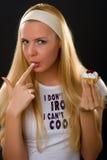 Donna attraente che mangia una torta Fotografia Stock