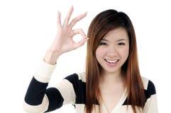 Donna attraente che mostra segno GIUSTO Fotografia Stock
