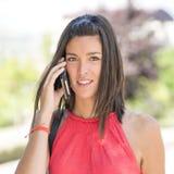 Donna attraente che parla sul telefono. Fotografia Stock