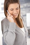 Donna attraente che per mezzo del cellulare Fotografia Stock