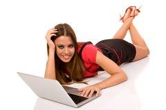 donna attraente che per mezzo del computer portatile Fotografia Stock Libera da Diritti
