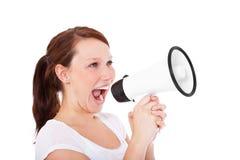 Donna attraente che per mezzo del megafono Fotografie Stock Libere da Diritti
