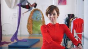 Donna attraente che posa davanti alla ginnasta dell'aria su seta aerea archivi video