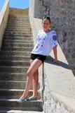 Donna attraente che posa sulle pareti Immagine Stock Libera da Diritti