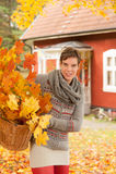 Donna attraente che raccoglie i fogli di autunno Fotografia Stock