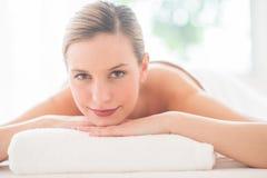 Donna attraente che riposa alla stazione termale di bellezza immagine stock libera da diritti