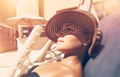 Donna attraente che si abbronza sulla spiaggia Fotografie Stock