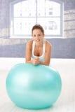 Donna attraente che si appoggia sul fitball dopo l'allenamento Fotografia Stock Libera da Diritti