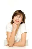 Donna attraente che si appoggia sulla tabella Fotografia Stock