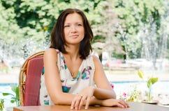 Donna attraente che si distende nel giardino Immagini Stock Libere da Diritti