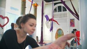 Donna attraente che si scalda davanti alla ginnasta dell'aria su seta aerea archivi video