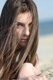 Donna attraente che si trova sul bikini di usura della sabbia Immagini Stock