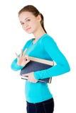 Donna attraente che tiene un libro che mostra OKAY. Fotografie Stock