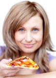 Donna attraente che tiene una pizza Fotografia Stock