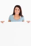 Donna attraente che tiene una scheda Fotografia Stock Libera da Diritti