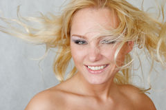 Donna attraente con capelli fly-away Fotografie Stock