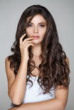 Donna attraente con capelli ricci in breve vestito bianco Fotografia Stock