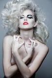 Donna attraente con capelli ricci lunghi. Immagine Stock Libera da Diritti