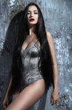 Donna attraente con capelli scuri lunghi immagini stock libere da diritti