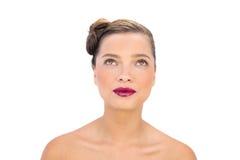 Donna attraente con cercare rosso delle labbra Fotografia Stock Libera da Diritti