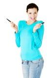 Donna attraente con due penne. Fotografie Stock